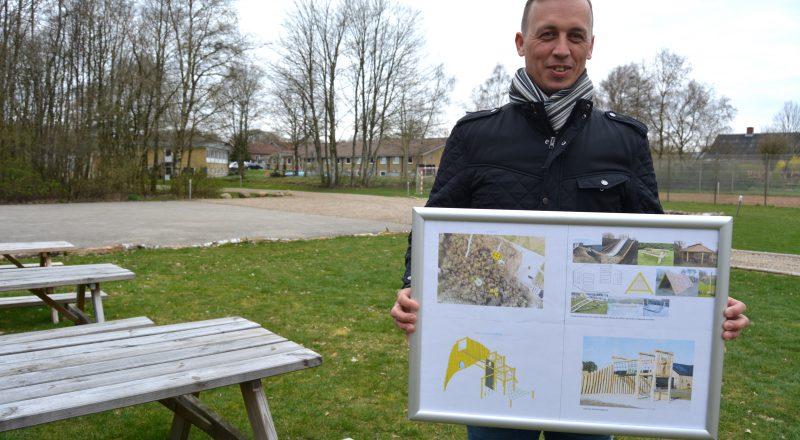 Filskov viser tegninger af det Aktiv Fundraising har hjulpet med at skaffe fondsmidler til
